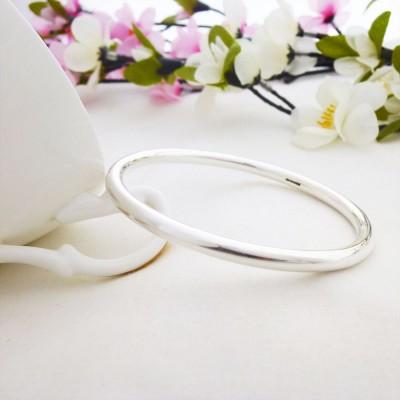 Isabeau round shaped silver bangle