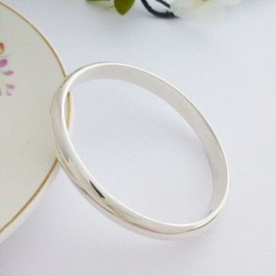 Handmade in the UK Arianna solid sterling silver bangle