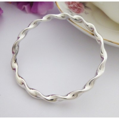 Tia Large Twisted Bangle